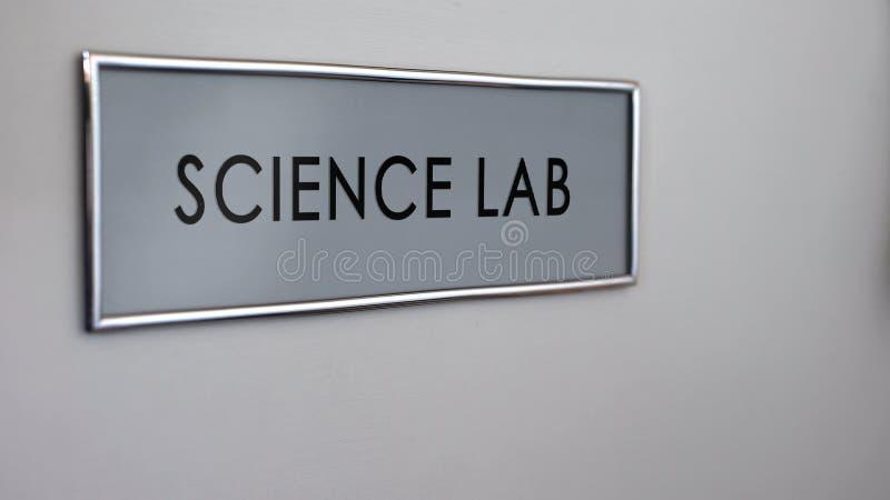 Fim da mesa da porta do laboratório de ciência acima, experiências químicas, pesquisa da biologia, ciência ilustração stock