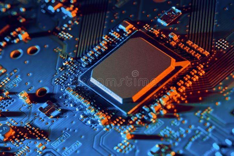 Fim da placa de circuito eletrônico acima imagem de stock