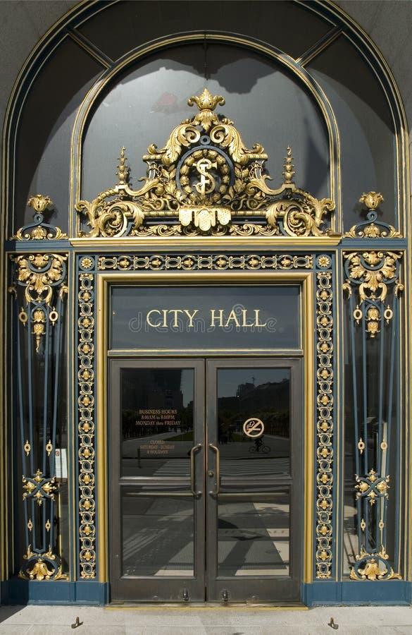Fim da porta principal de salão de cidade acima imagem de stock