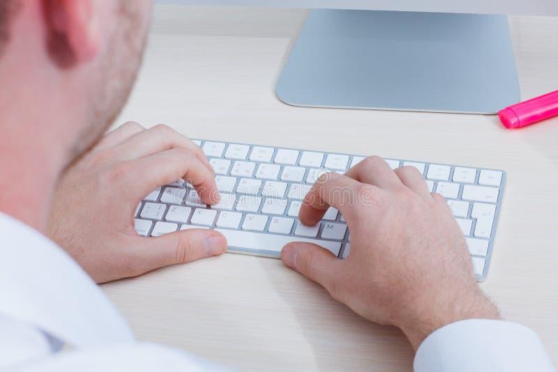 Fim da vista superior acima das mãos com teclado imagem de stock