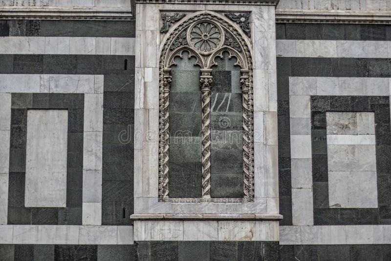 Fim de mármore velho da parede da igreja acima em Firenze, Itália imagem de stock