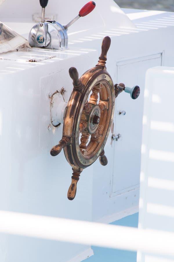 Fim de madeira da barra de navegação acima no barco branco do mergulho fotografia de stock royalty free