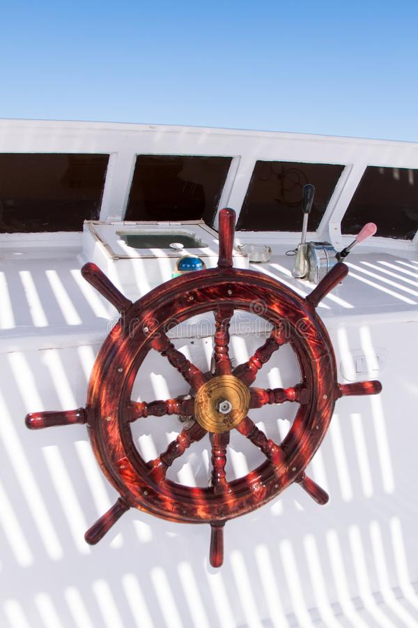Fim de madeira da barra de navegação acima no barco branco do mergulho fotos de stock royalty free