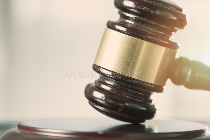 Fim de madeira do martelo de justiça acima da vista foto de stock royalty free