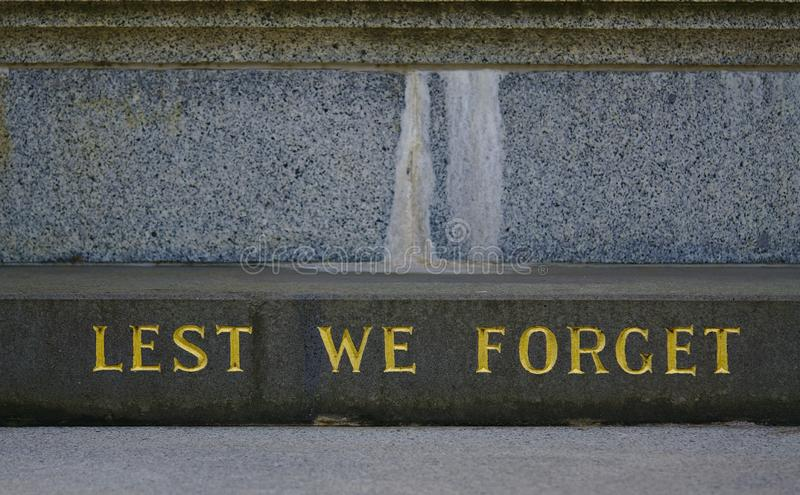 A fim de que não nós esqueçamos o texto na pedra imagens de stock royalty free