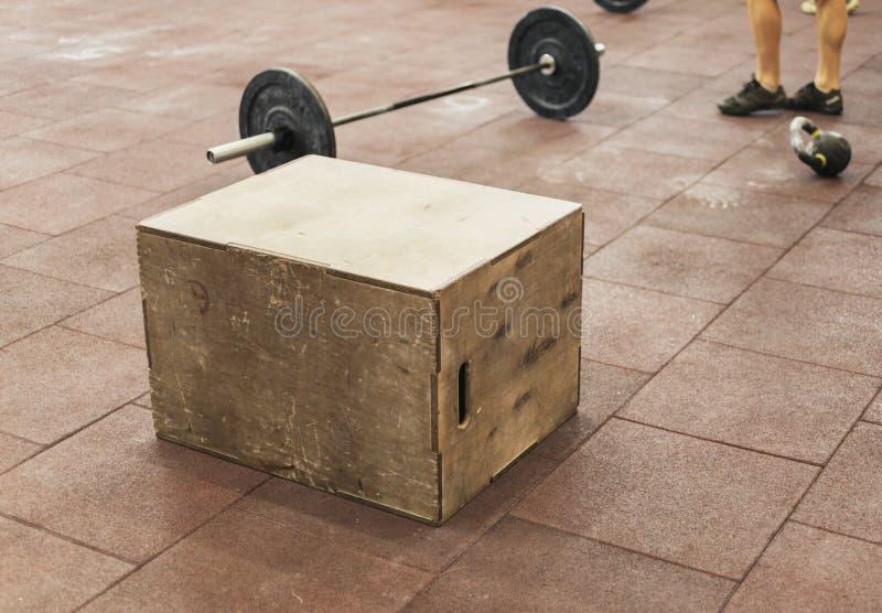 Fim de salto da caixa do esporte acima no gym imagem de stock