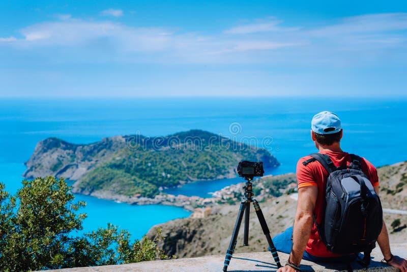 Fim de semana das férias de verão que visita Grécia Europa Fotógrafo autônomo masculino com trouxa que aprecia o lapso de tempo d imagens de stock