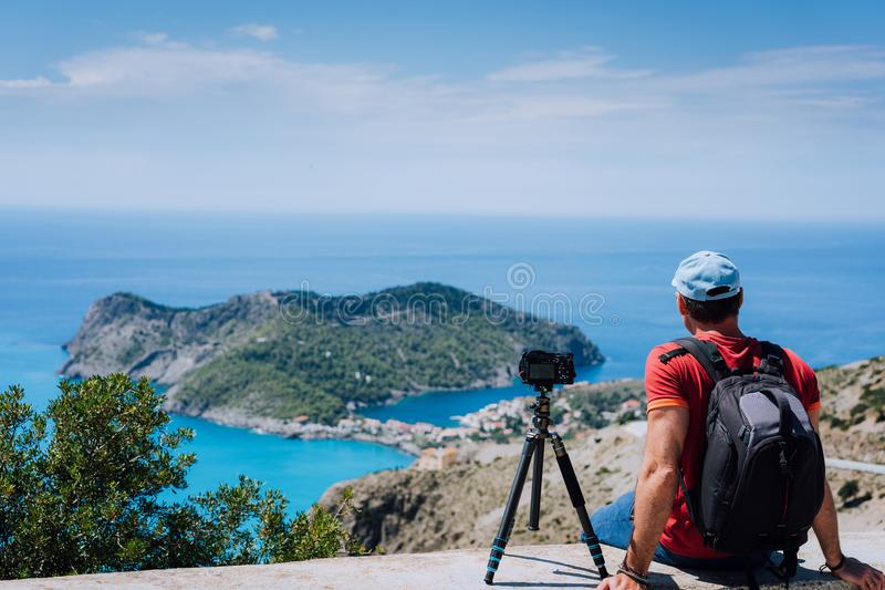 Fim de semana das férias de verão que visita Grécia Europa Fotógrafo autônomo masculino com trouxa que aprecia o lapso de tempo d fotos de stock
