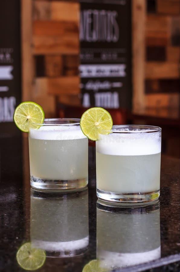Fim do baixo ângulo acima do gourmetcocktail moderno gelado da soda da gim e do tônico decorada pela fatia do limão fotos de stock