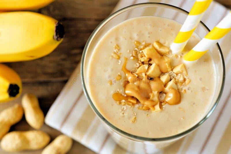 Fim do batido da aveia da banana da manteiga de amendoim acima, vista descendente fotografia de stock royalty free