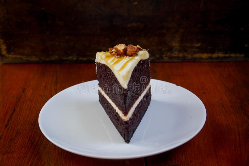 Fim do bolo do chocolate e do caramelo acima imagem de stock royalty free