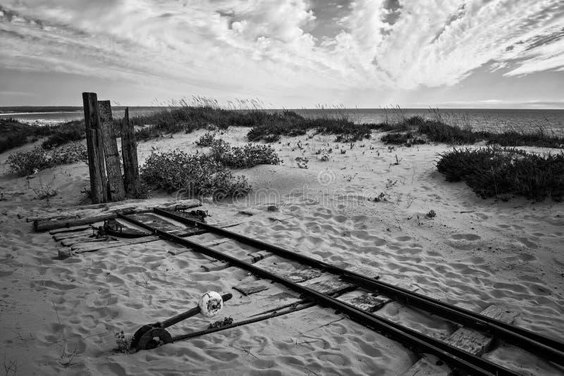 Fim do caminho Fonte da Telha Portugal Oceano Atlântico Coastline Preto e branco B&W Via férrea Dunas de areia imagem de stock royalty free