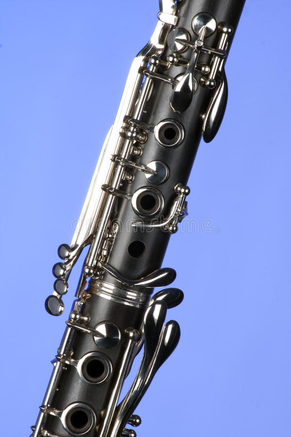 Fim do Clarinet isolado na luz - azul imagem de stock