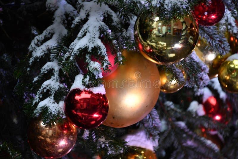 Fim do detalhe da bola da árvore do Xmas do Natal acima sob a neve imagem de stock royalty free