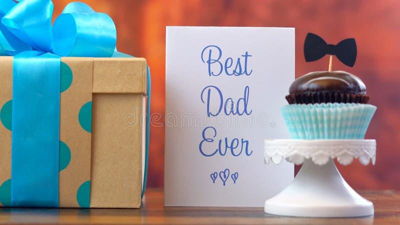Fim do dia do ` s do pai acima da mulher que arranja e que estabelece o presente, o queque e o cartão imagens de stock