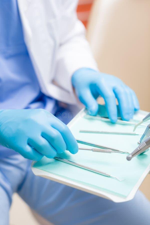 Fim do equipamento dental acima na tabela da cirurgia foto de stock royalty free