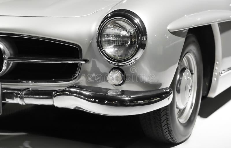 Fim do farol do carro do vintage acima Projeto clássico do carro luxuoso velho Cores preto e branco foto de stock