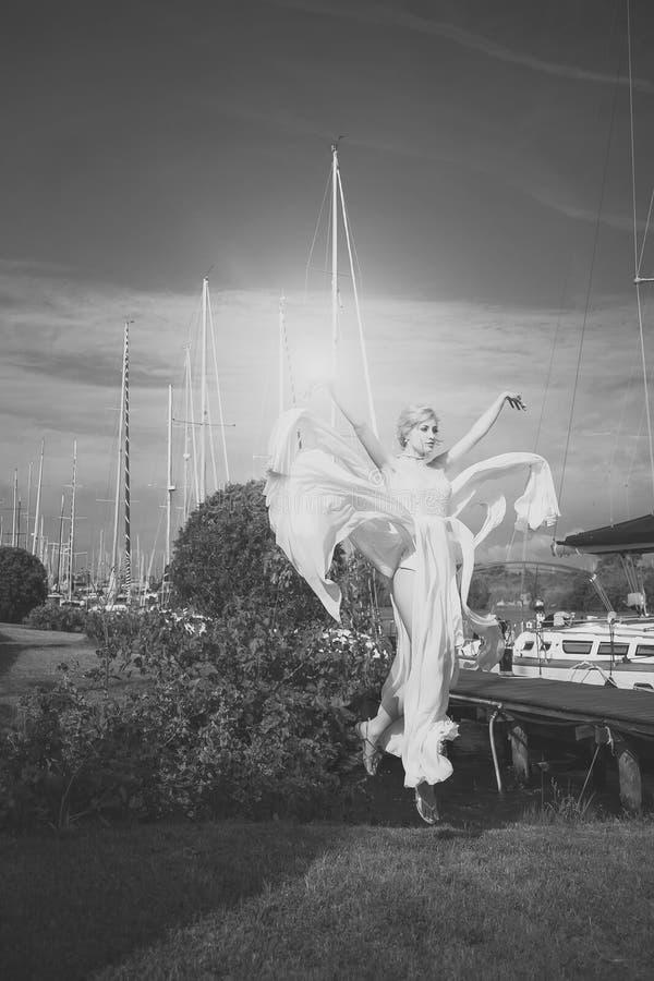 Fim do fece da mulher do modelo de forma acima Mulher da cara com emoção feliz Noiva atrativa no yacht club foto de stock