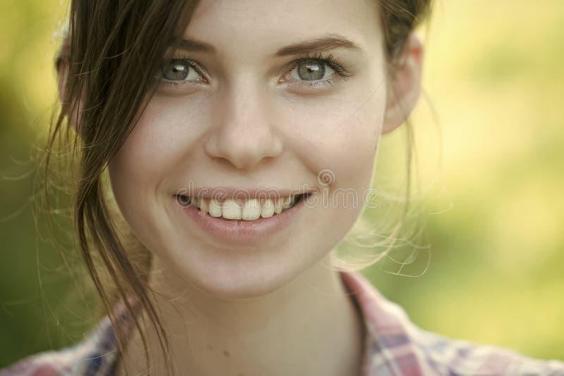 Fim do fece da mulher do modelo de forma acima Mulher da cara com emoção feliz Mulher feliz que sorri no fundo natural borrado fotos de stock