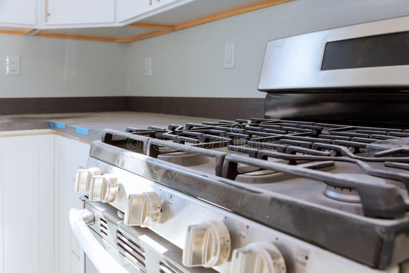 Fim do fogão de gás da casa nova do reparo do dispositivo de gás da instalação do fogão de gás acima imagens de stock