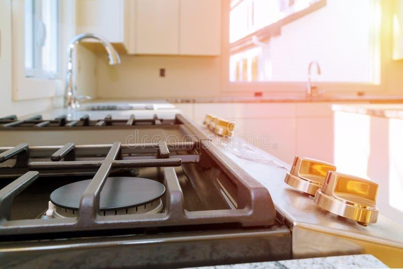 Fim do fogão de gás da casa nova do reparo do dispositivo de gás da instalação do fogão de gás acima fotografia de stock