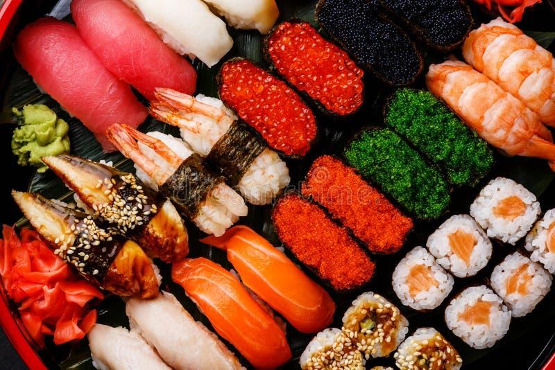 Fim do grupo do sushi acima imagem de stock