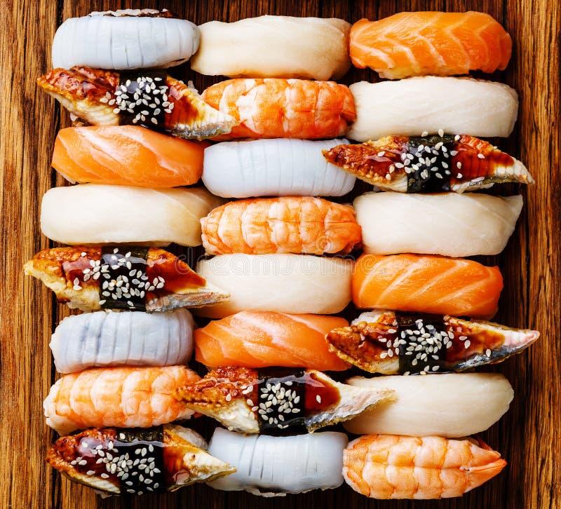 Fim do grupo do sushi de Nigiri acima fotos de stock