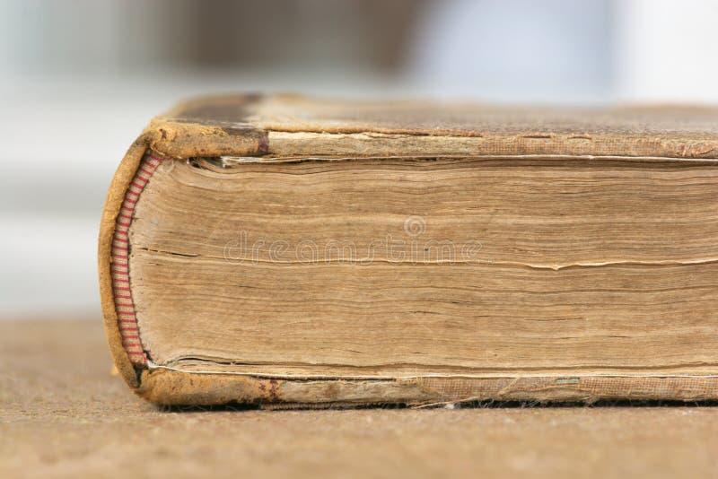 Fim do livro velho acima foto de stock