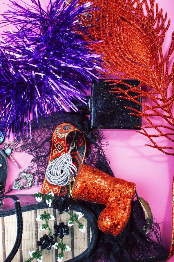 Fim do material do partido do ano novo acima na confusão no fundo cor-de-rosa brilhante, conceito dos presentes de época natalíci fotos de stock