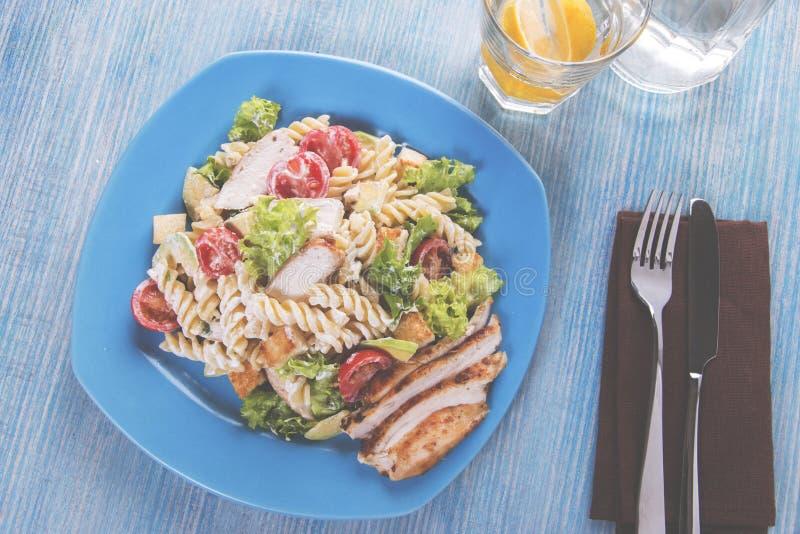 Fim do molho de tomate da faixa da galinha do abacate da massa da salada de Caesar acima fotografia de stock royalty free