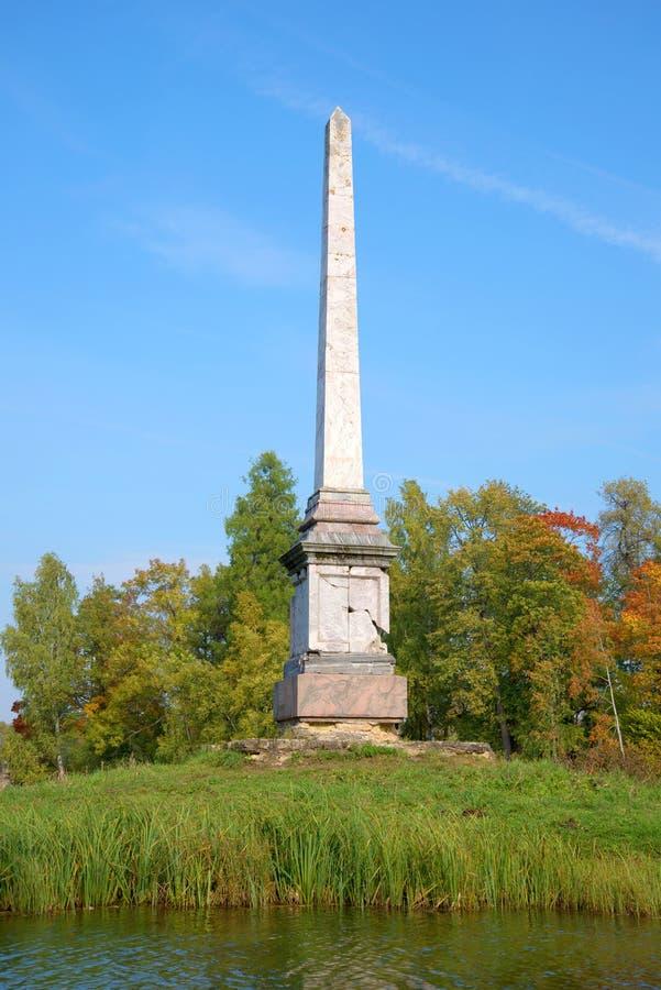 Fim do obelisco de Chesma acima setembro no parque do palácio de Gatchina imagem de stock royalty free