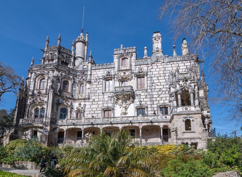 Fim do palácio de Regaleira acima em um dia ensolarado claro contra um céu azul imagens de stock royalty free