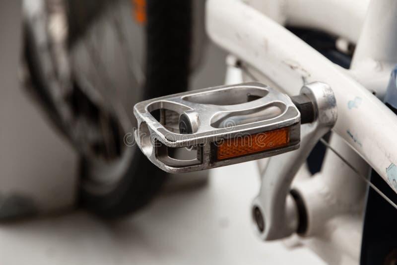 Fim do pedal da bicicleta acima Bicicletas alugados de estacionamento foto de stock royalty free