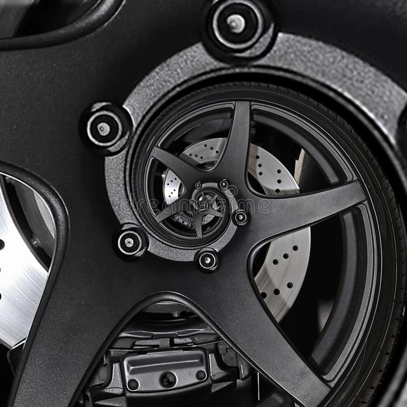 Fim do pneu do disco de freio do fractal do sumário da roda da borda do automóvel do carro desportivo acima do fundo espiral do t fotografia de stock royalty free