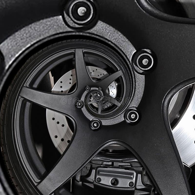 Fim do pneu do disco de freio do fractal do sumário da roda da borda do automóvel do carro desportivo acima do fundo espiral do t fotografia de stock