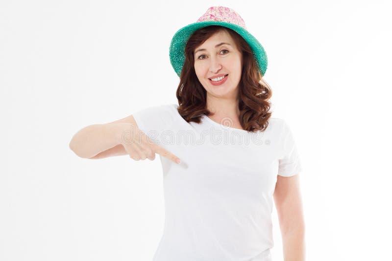 Fim do projeto da camisa do verão t e do conceito dos povos acima da mulher no ponto branco do chapéu do t-shirt e da praia do mo fotografia de stock