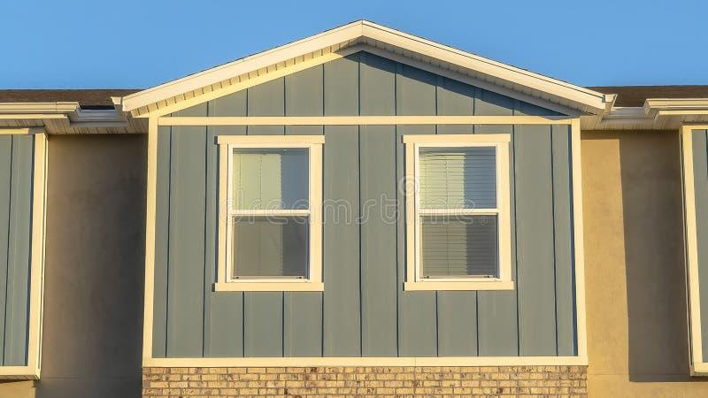 Fim do quadro do panorama acima da ideia do exterior ensolarado do condomínio com fundo claro do céu azul imagem de stock
