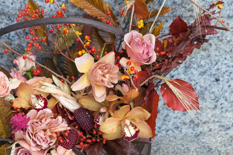 Fim do ramalhete das flores do outono acima Fundo floral da queda foto de stock royalty free
