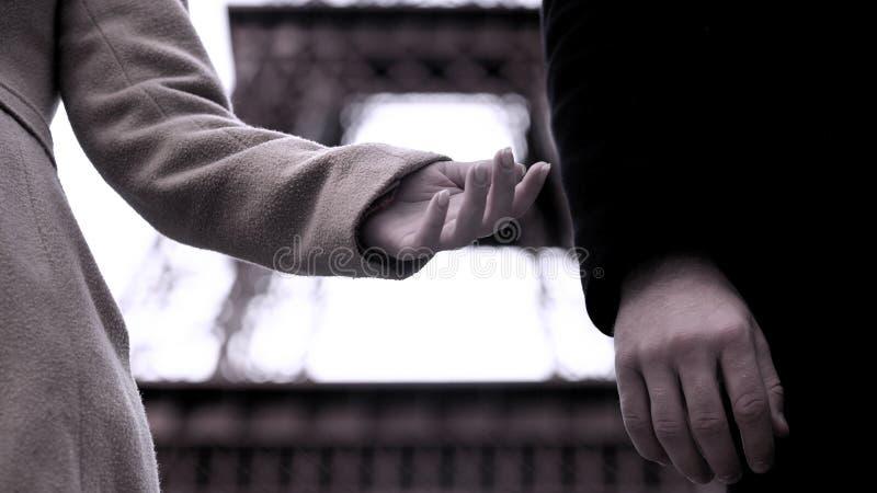 Fim do relacionamento entre o homem e a mulher, mãos de pares da dissolução, divórcio foto de stock