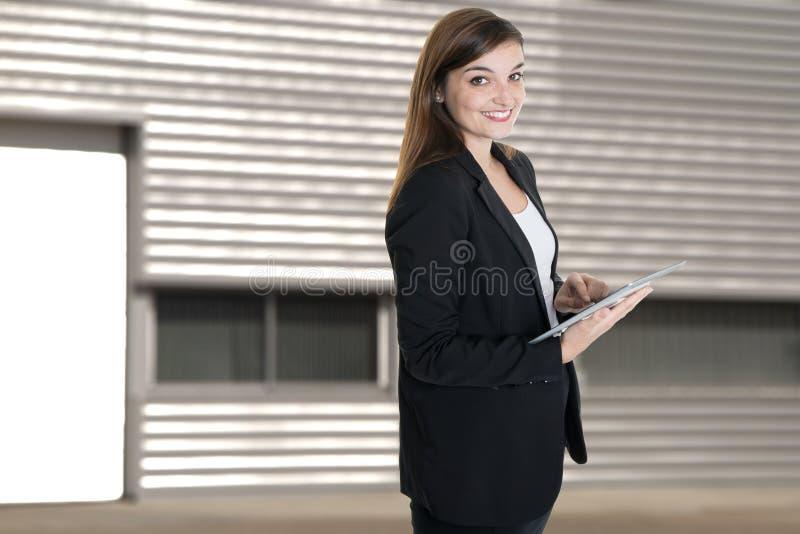 Fim do retrato acima da mulher de negócio feliz bonita nova em matrizes do escritório do verão fora imagem de stock