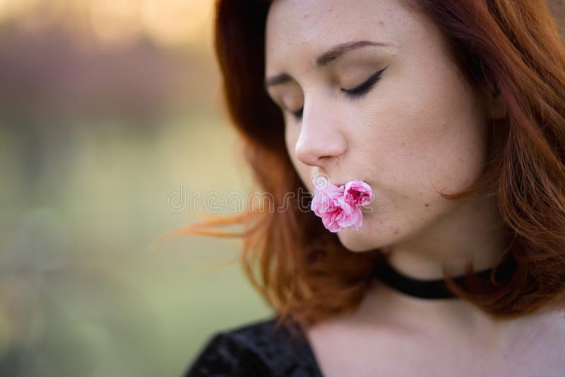 Fim do retrato da cara acima - mulher nova feliz do dan?arino do curso que aprecia o tempo livre em um parque da flor de cerejeir fotografia de stock