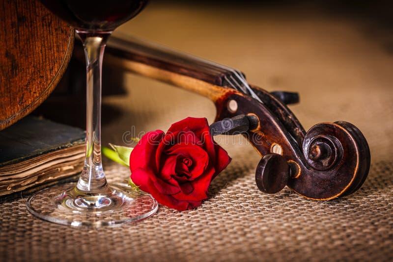 Fim do rolo do violino com rosa do vermelho imagens de stock