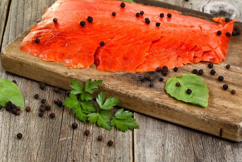 Fim do salmão fumado frio no servidor de madeira pronto para comer imagem de stock royalty free
