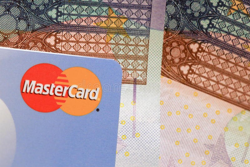 Fim do sinal do cartão de crédito de MasterCard acima com Euro Caash imagem de stock