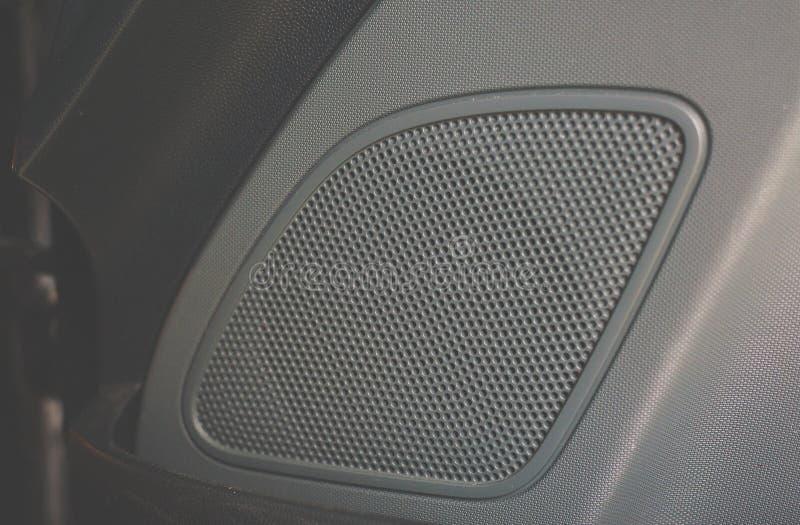 Fim do sistema de áudio do carro acima do favo de mel no painel da porta da rua fotos de stock