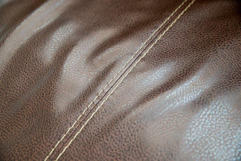Fim do sofá do couro de Brown acima foto de stock royalty free