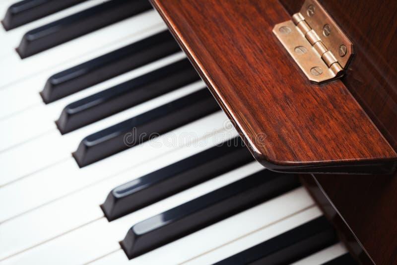 Fim do teclado de piano acima da opinião de ângulo alto - conceito dos fundos da música foto de stock