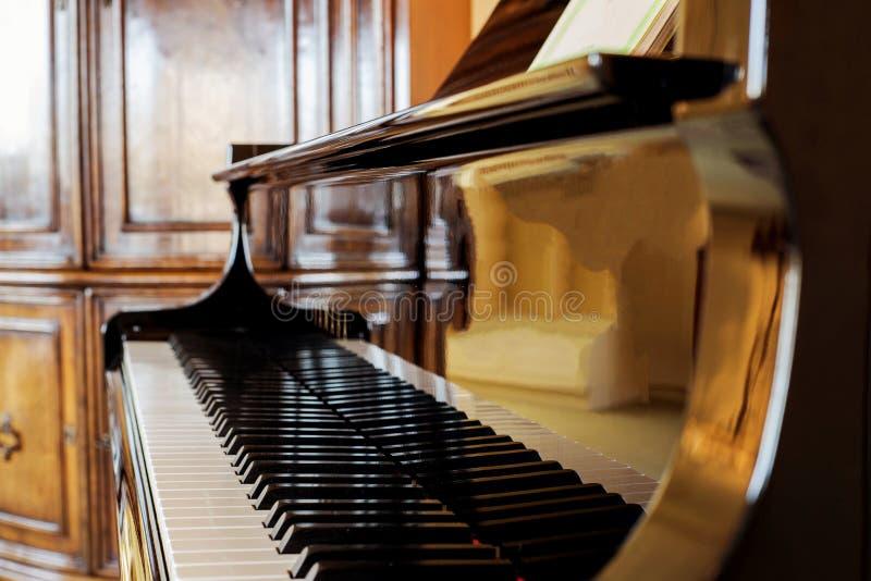 Fim do tiro do piano acima Chaves do piano Projeto clássico do instrumento musical fotos de stock