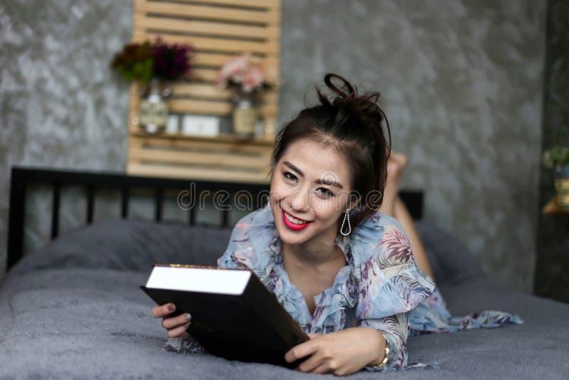 Fim encantador bonito da cara do sorriso da mulher ascendente e ela que encontra-se no th foto de stock royalty free