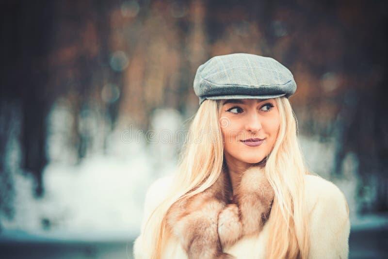 Fim exterior acima do retrato da mulher elegante bonita nova que levanta na rua Boina cinzenta vestindo modelo fêmea fotografia de stock